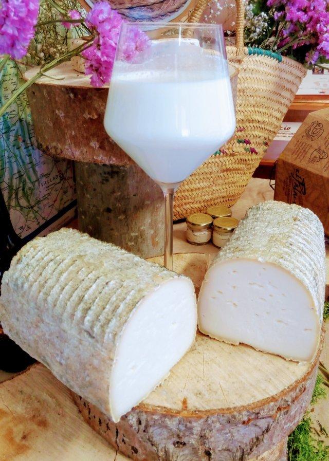 Leche cruda de oveja El Palacio y queso de rulo cremoso